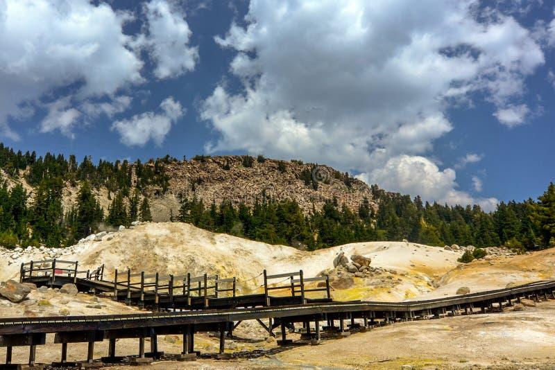 Passeio à beira mar do inferno de Bumpass no parque nacional vulcânico de Lassen imagem de stock royalty free