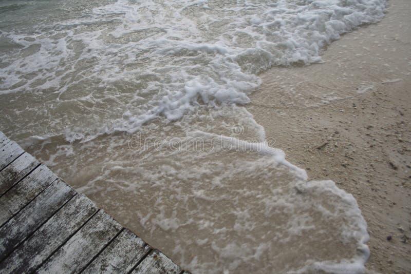 Passeio à beira mar e ondas fotografia de stock royalty free