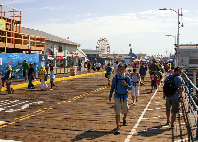 Passeio à beira mar famoso do cais de Santa Monica