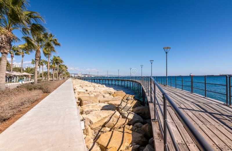 Passeio à beira mar no parque de beira-mar de Molos em Limassol fotos de stock royalty free