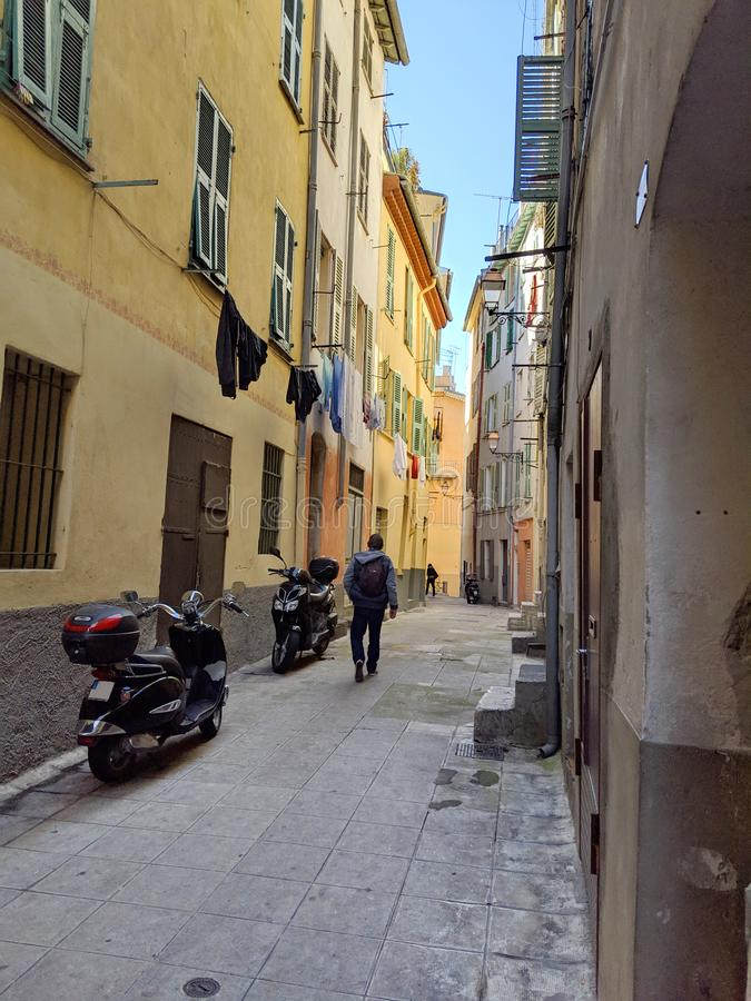 Passeio abaixo de uma rua estreita em Roma fotos de stock