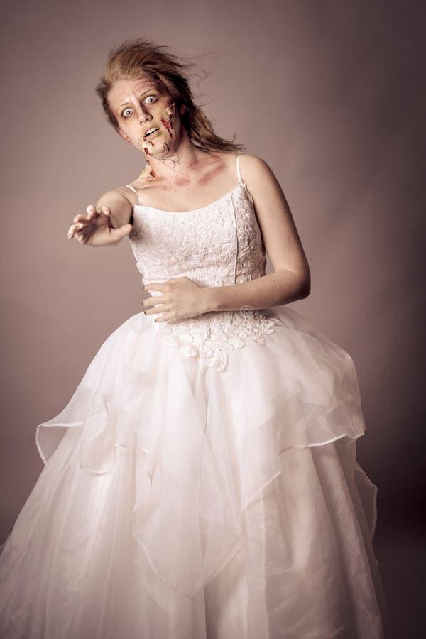 Passeio absolutamente - vivo da noiva do zombi fotografia de stock