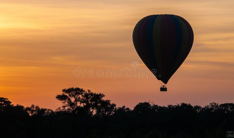 Passeio africano do balão de ar quente do nascer do sol fotos de stock