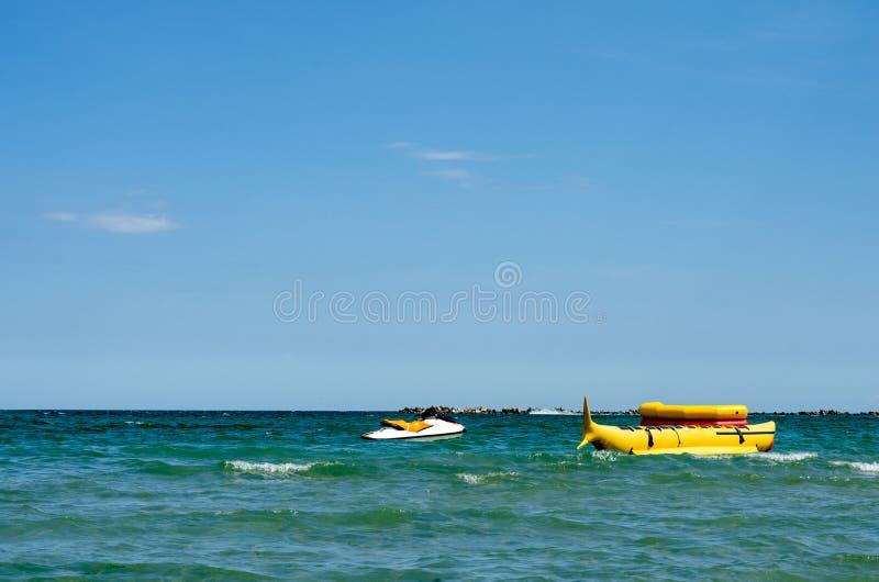 Passeio amarelo de flutuação do barco de banana perto do seashoire pronto para ser usado para foto de stock royalty free