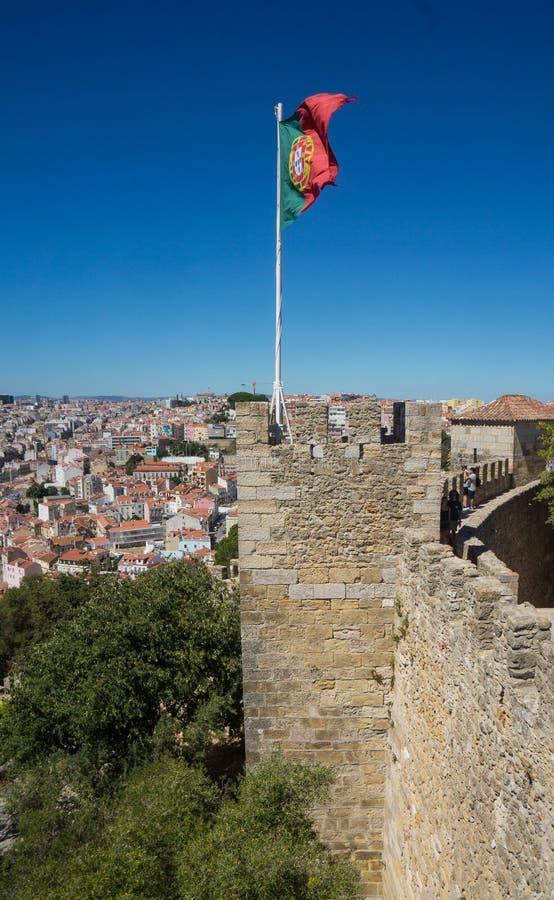 Passeio ao longo da parede do castelo à bandeira portuguesa fotos de stock royalty free