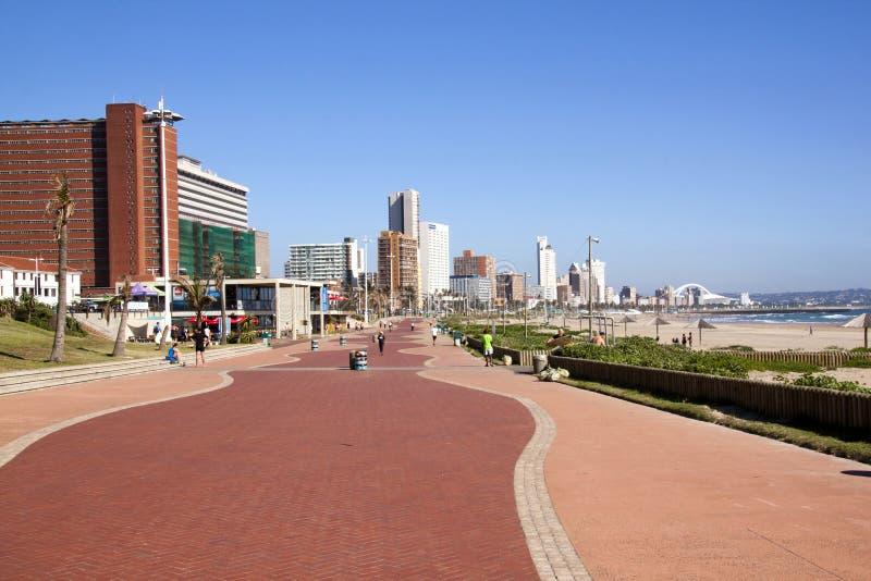 Passeio ao longo da praia de Addington em Durban África do Sul fotografia de stock royalty free