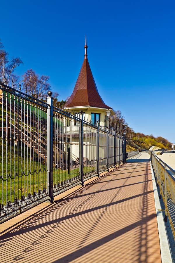 Passeio ao longo da residência do estado da Federação Russa. Cidade de Pionersky, Rússia fotos de stock royalty free