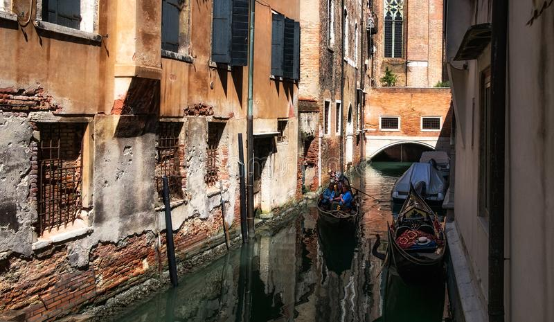 Passeio através das águas e dos canais de Veneza Italy fotos de stock