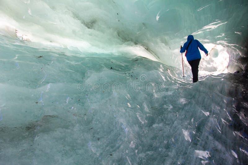 Passeio através de uma caverna de gelo com gelo azul fotografia de stock royalty free