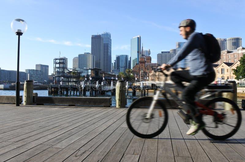 Passeio australiano do homem uma bicicleta ao longo de Sydney Circular Quay Sydney Ne imagem de stock royalty free