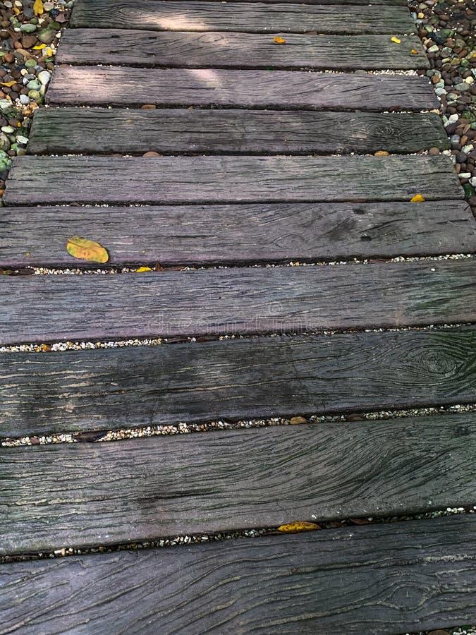 Passeio ? beira mar de madeira no jardim foto de stock royalty free