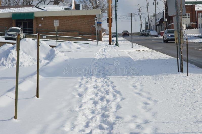 Passeio coberto de neve subida com pegadas fotografia de stock royalty free