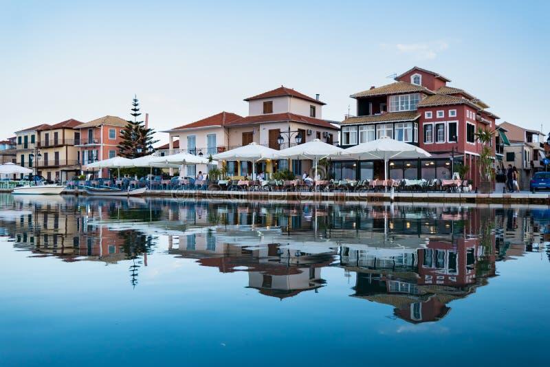 Passeio da cidade de Lefkada após o por do sol na ilha de Lekfada, Grécia foto de stock