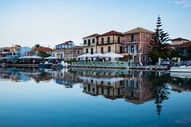 Passeio da cidade de Lefkada após o por do sol na ilha de Lekfada, Grécia foto de stock royalty free