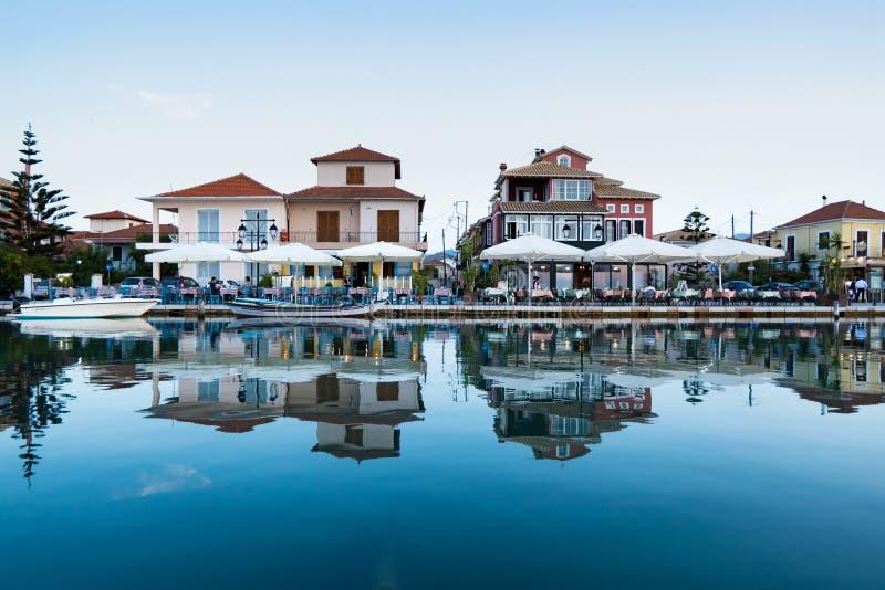 Passeio da cidade de Lefkada após o por do sol na ilha de Lekfada, Grécia fotografia de stock