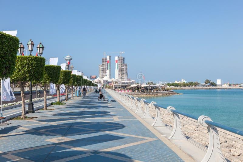 Passeio da margem em Abu Dhabi fotos de stock