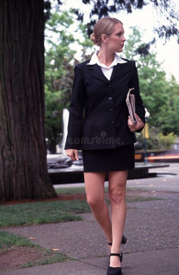 Passeio da mulher de negócio. fotografia de stock