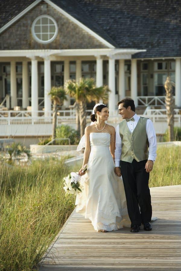 Passeio da noiva e do noivo. fotografia de stock royalty free