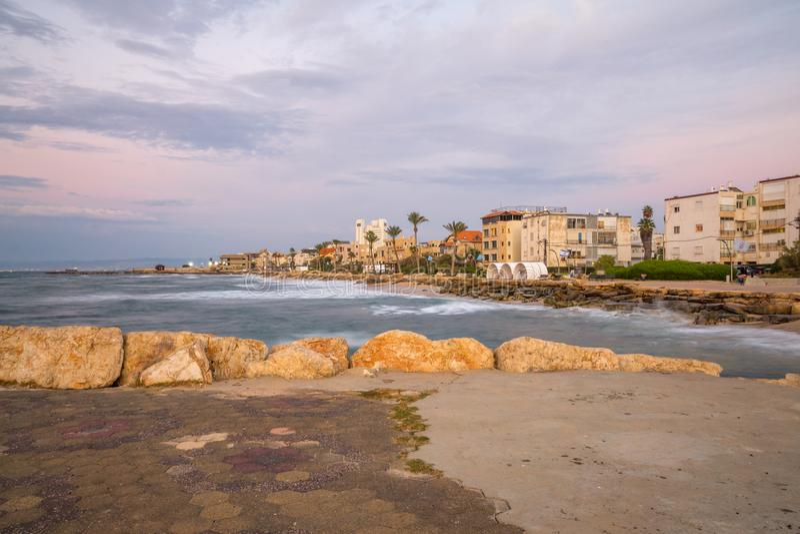 Passeio da praia do bastão-Galim, no por do sol, Haifa imagem de stock