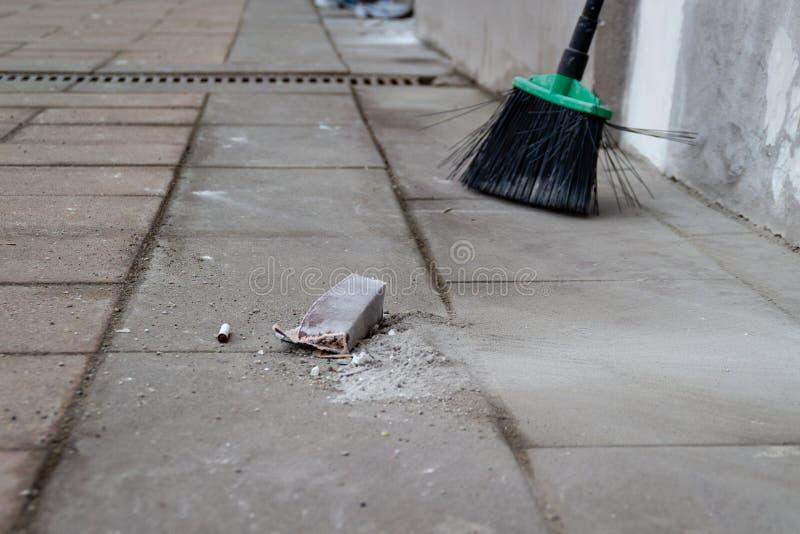 Passeio da rua da cidade que limpa do lixo pela vassoura foto de stock