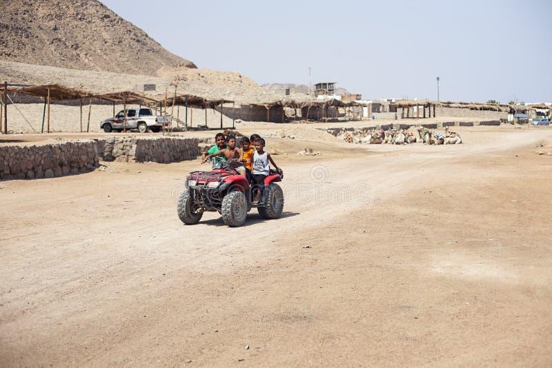 Passeio das crianças no deserto da bicicleta do quadrilátero imagens de stock