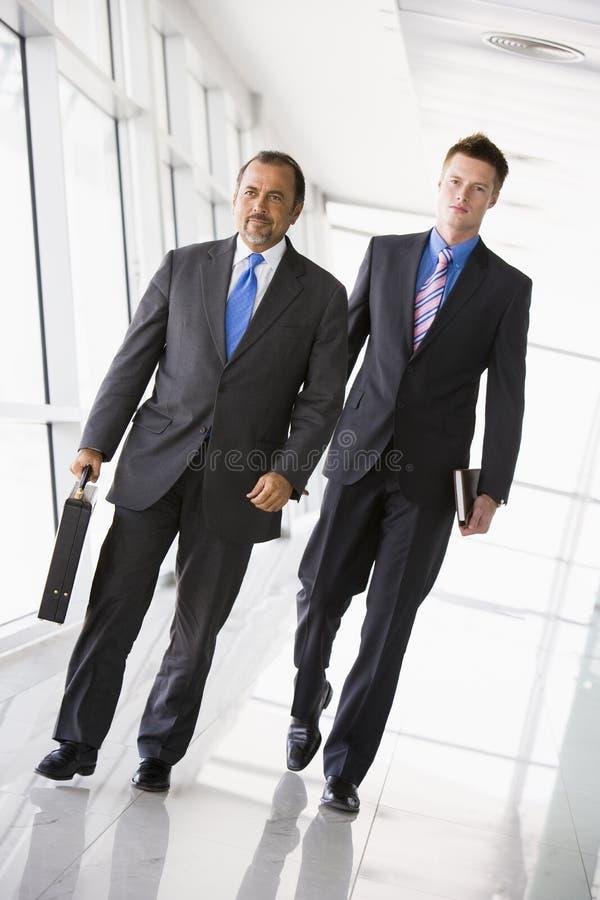 Passeio de dois homens de negócios imagens de stock