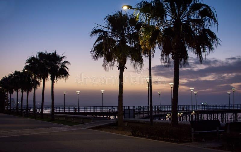 Passeio de Molos e skyline da costa na cidade de Limassol em Chipre no nascer do sol foto de stock
