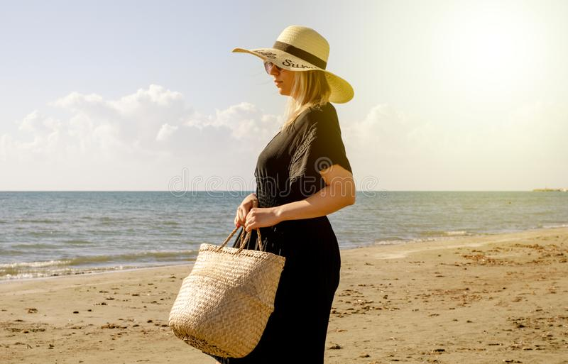 Passeio de relaxamento da mulher na praia no verão foto de stock royalty free