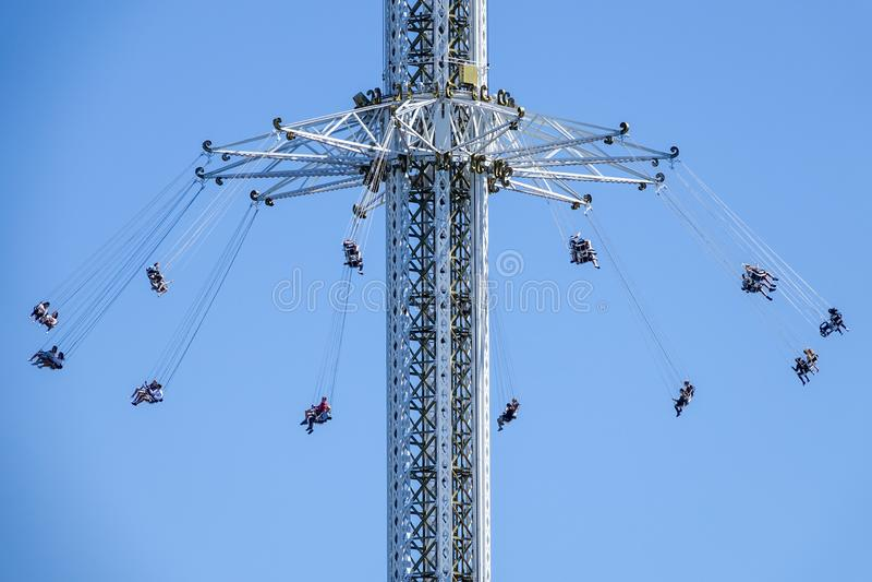 Passeio do balanço da cadeira alta no divertimento/parque temático foto de stock