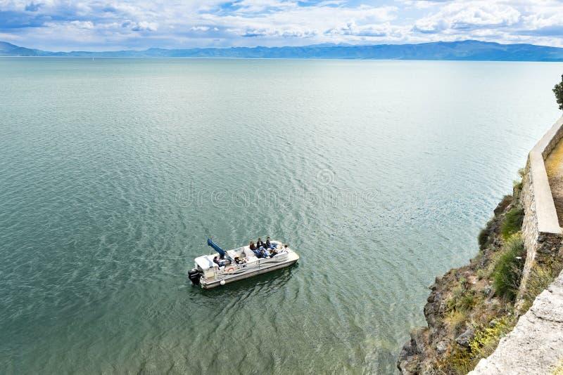 Passeio do barco de turista no lago do ohrid em Macedônia, aérea imagens de stock royalty free