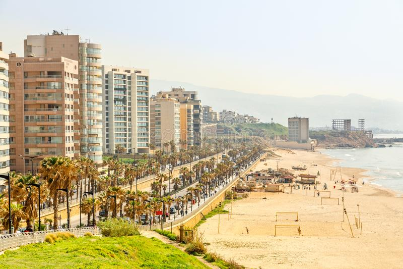 Passeio do beira-mar com construção, a estrada, o Sandy Beach e o mar modernos, Beirute, Líbano fotos de stock