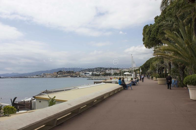 Passeio do croisette em Cannes, enfrentando o mar fotografia de stock royalty free