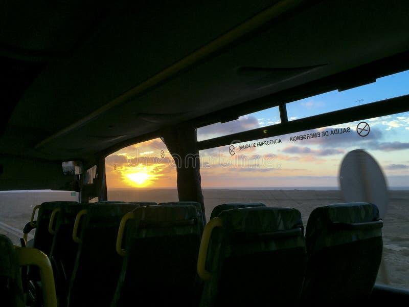 Passeio do ônibus no por do sol com vista para o mar fotos de stock royalty free