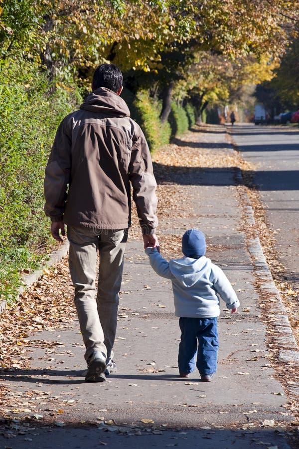 Passeio do pai e do filho fotografia de stock
