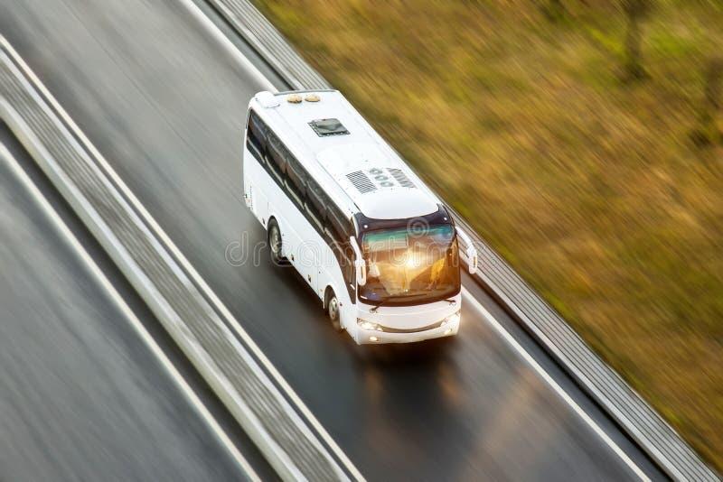 Passeio do spee do ônibus de turista na estrada, blured no movimento fotos de stock royalty free