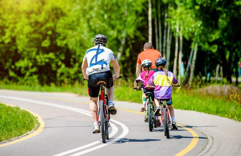Passeio dos ciclistas na bicicleta fotografia de stock