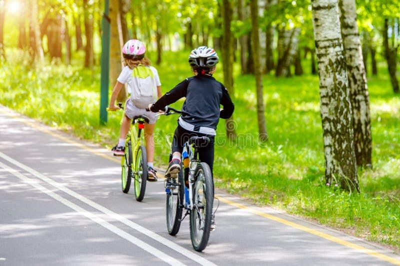 Passeio dos ciclistas na bicicleta imagens de stock
