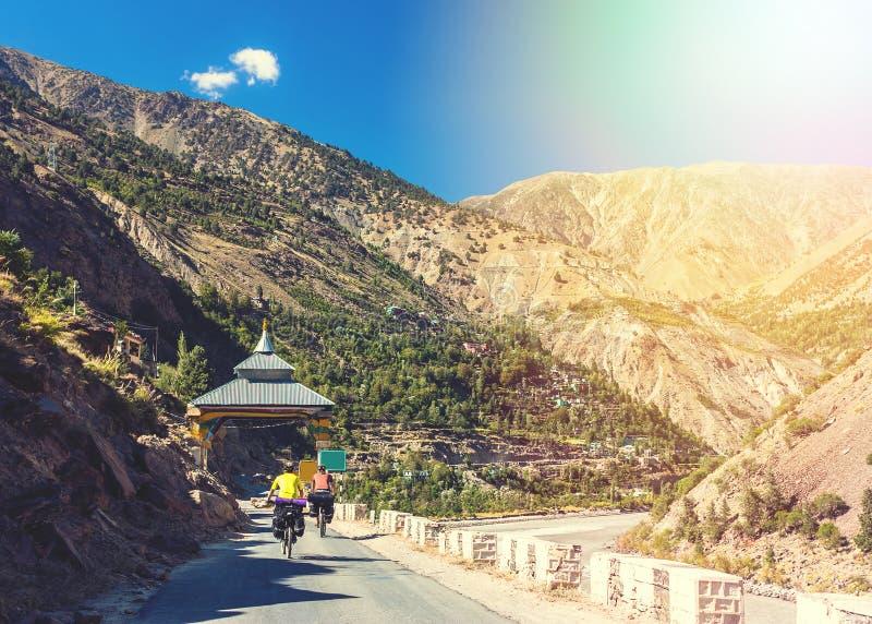 Passeio dos motociclistas em montanhas bonitas dos Himalayas India foto de stock royalty free