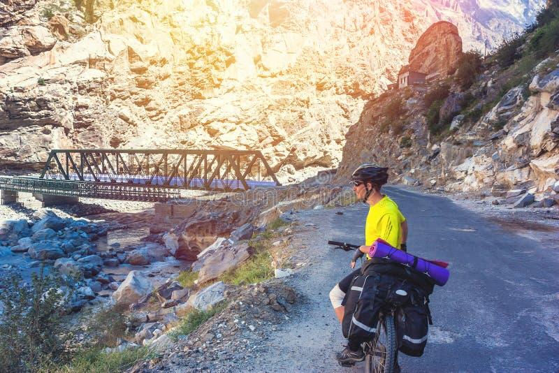 Passeio dos motociclistas em montanhas bonitas dos Himalayas India fotos de stock