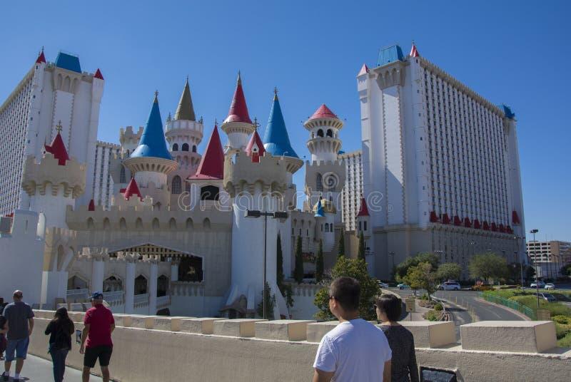 Passeio dos turistas do casino do hotel do excalibur de Las Vegas foto de stock royalty free