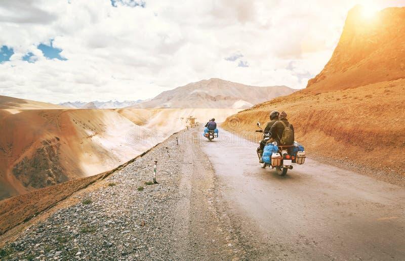Passeio dos viajantes da motocicleta em estradas de Himalaya do indiano imagens de stock royalty free