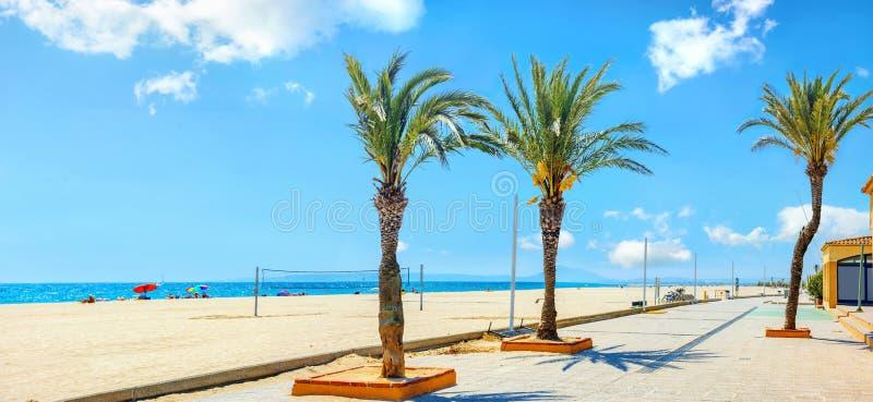 Passeio e praia em Empuriabrava Costa Brava, Catalonia, Sp fotos de stock royalty free