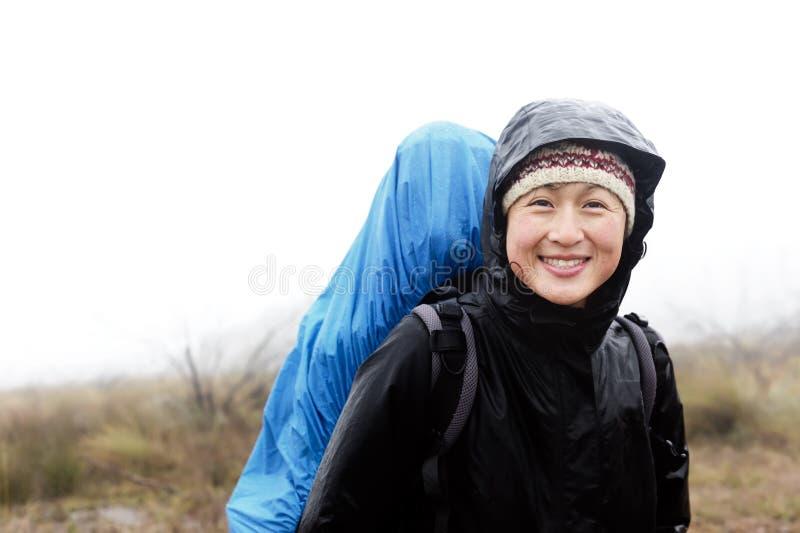 Passeio em a montanha da chuva da expedição da aventura imagem de stock royalty free