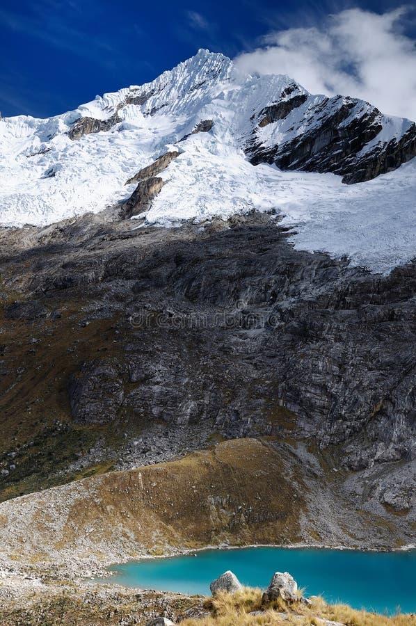 Passeio em a montanha de Peru, Santa Cruz no BLANCA de Cordilheira imagens de stock