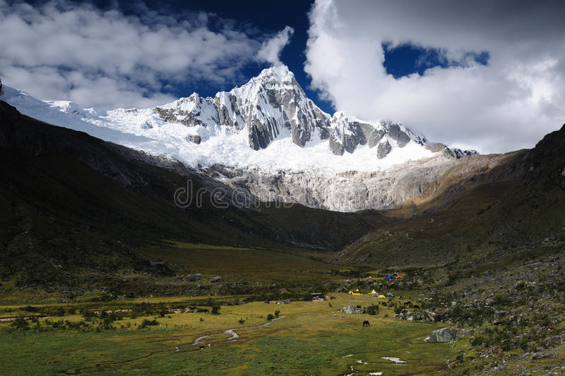 Passeio em a montanha de Peru, Santa Cruz no BLANCA de Cordilheira foto de stock
