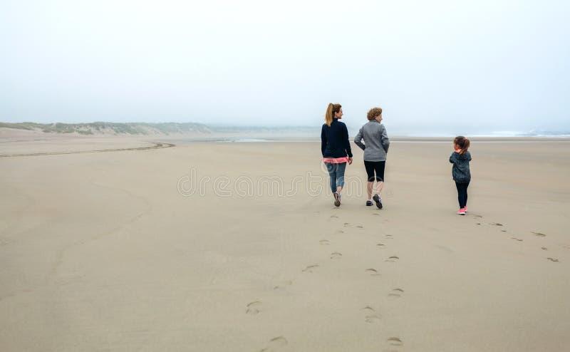 Passeio fêmea de três gerações na praia foto de stock royalty free