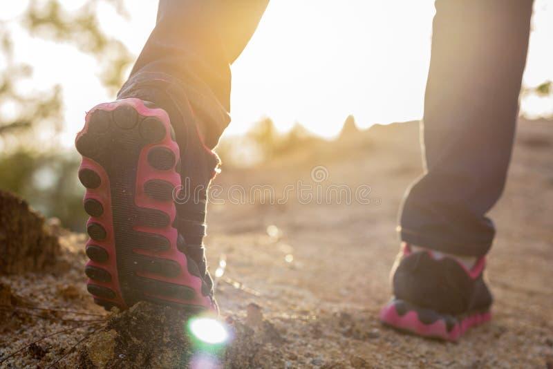 Passeio fêmea dos pés Na fêmea do mapa da montanha da natureza do curso dos caminhantes fotos de stock