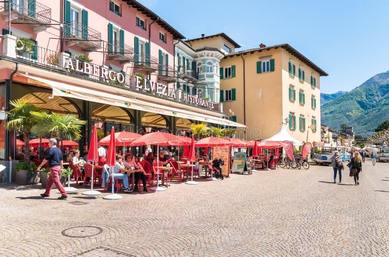 Passeio famoso do lago na cidade velha de Ascona com restaurantes, cafés, hotéis e lojas da rua fotos de stock royalty free