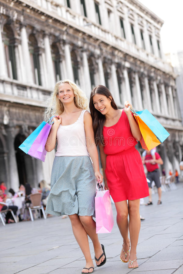 Passeio feliz com sacos, Veneza das mulheres da compra foto de stock royalty free