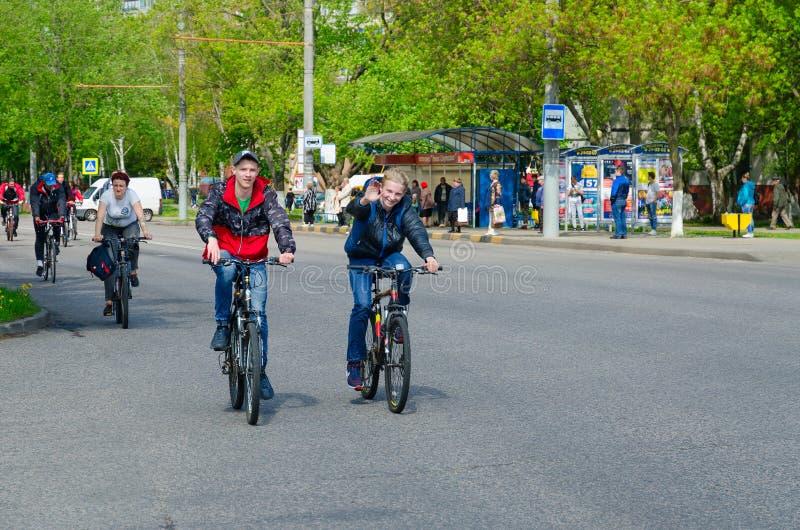 Passeio maciço da bicicleta da mola com participação dos atletas e dos entusiastas de ciclagem dedicados à abertura da estação de foto de stock royalty free